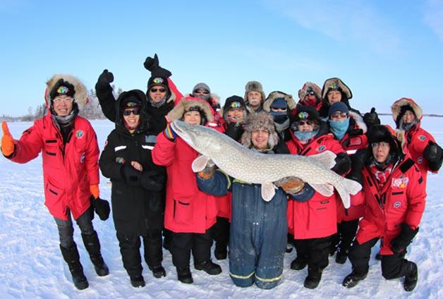 yellowknife-activities-icefishing